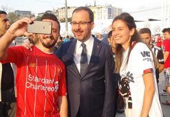 Bakan Kasapoğlu, maç öncesi Taksim'de taraftarlar ile bir araya geldi