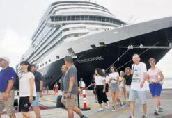 Bir gemi turist