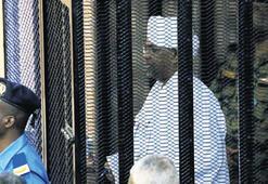 Sudan'ın devrik lideri  Beşir hâkim karşısında