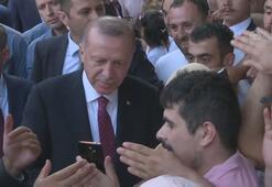 Cumhurbaşkanı Erdoğan, Sultanahmette vatandaşlarla selamlaştı