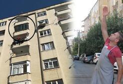 Balkon camı tost yiyen gencin kafasına düştü