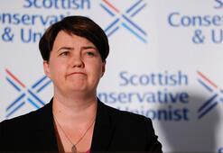 Boris Johnsona ilk darbe İskoçyada Muhafazakar Parti lideri istifa etti