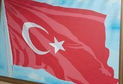Bu Türk bayrağına yakından bakan gözyaşlarına engel olamıyor