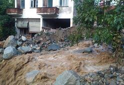 Trabzonda şiddetli yağış Evleri su bastı