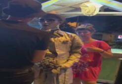 3 turist canlı heykel sanatçısının bahşiş kutusundan para aldı