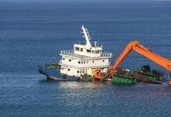 Bozcaadada yarısı batık gemiyi mürettebat terk etmedi