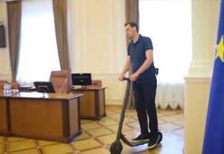 Ukrayna Başbakanı, Bakanlar Kurulunda scooter ile gezdi