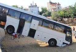 Freni boşalan otobüs duvardan aşağıya uçtu