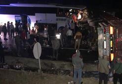 Yolcu otobüsü, devrilen TIR'a çarptı