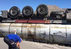 Sivasta boş yakıt tankeri devrildi, sürücü yaralandı