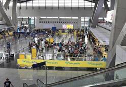 Filipinlerde kadın yolcunun el bagajından bebek çıktı