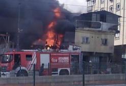 Sultangazide yangın Araçlar alevlerin arasında kaldı