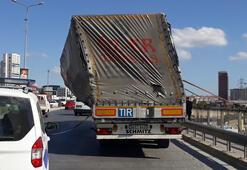 Son dakika | TIRın dorsesi yan yattı, trafik durma noktasına geldi