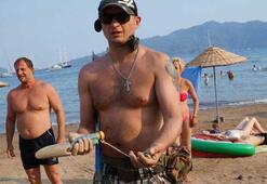 Rus turist güpegündüz plajda define aradı