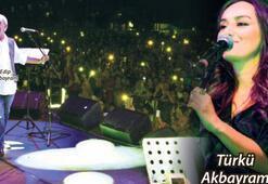 Akbayram ve kızı sahnede