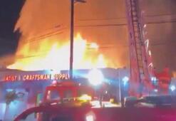 Los Angelesta tekstil deposunda büyük yangın