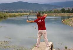 Yaptığı şey o kadar zor ki... Okla balık avlıyor