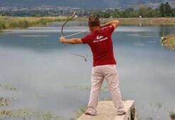 Geleneksel ok ve yayla balık avlıyor