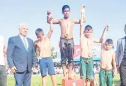 Burhaniye'li güreşçiler 3 madalya ile döndü