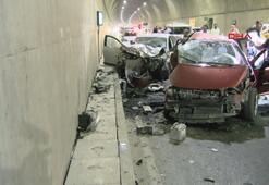 Pendikte iki otomobil çarpıştı