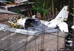 Uçak evlerin üstüne çakıldı