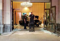 Trump Plazanın lobisine lüks araç daldı: 3 yaralı