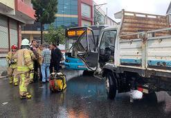 Sultanbeylide kamyonet ile özel halk otobüsü çarpıştı