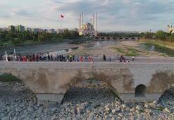 Dünyanın en eski köprüsünde karşı karşıya geldiler