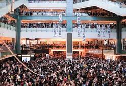 Hong Kongda protestocular AVMyi işgal etti