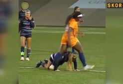 Kadın futbol maçında sert rüzgarlar