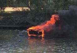 Thames Nehrinde tekne yandı, yolcular nehre atlayarak kurtuldu
