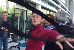 43 ay hapis cezası bulunan kadın gazetecilere çantasını fırlattı