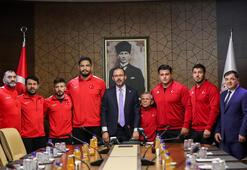 Bakan Kasapoğlu milli güreşçileri kabul etti