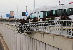 Servis minibüsü, çarptığı bariyere asılı kaldı