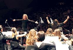 Musa Göçmen orkestrası sahnede