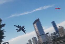 Askeri kargo uçağı, gökdelenlerin arasında uçtu
