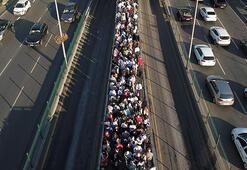Metrobüs durağında aşırı yoğunluk