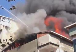 Kartalda binanın çatısı alev alev yandı