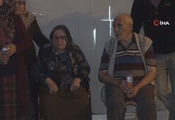 Evi yanan yaşlı çifti komşuları kurtardı