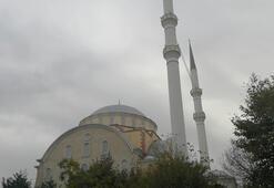 Depremde hasar gören Bakırköydeki cami ibadete kapatıldı