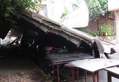 Maltepede okulun çatısı uçtu: 6 araç hasar gördü