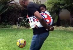 Eski futbolcunun çocuk bakıcılığı böyle olur