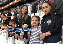 Depremde arkadaşlarına yardımcı olan minikler maç izledi