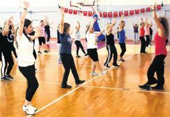 Kadınlar, güne aerobik dersiyle başlıyor