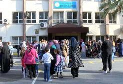 Küçükçekmecede velilerden duvarlarında çatlaklar bulunan okul önünde eylem