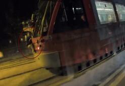 İstanbul'da tramvaya asılan çocuk şoke etti