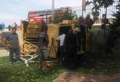 Otomobile çarpan kamyon lunapark bahçesine devrildi