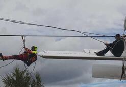 Uçak elektrik tellerinde asılı kaldı