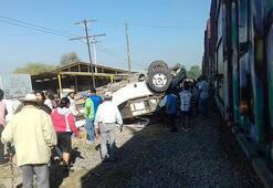 Trenle otobüs çarpıştı
