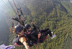 Eşinden boşandı paraşütle atlayarak kutladı